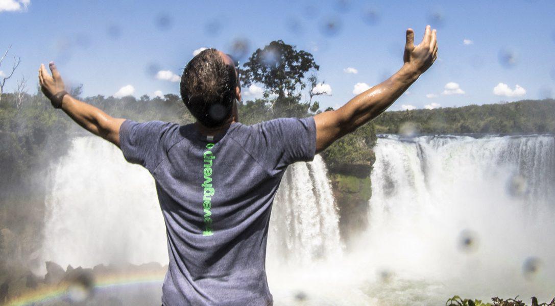 Conquer the Uncharted: Kajakfahrer Pedro Oliva nimmt es mit einem Wasserfall auf